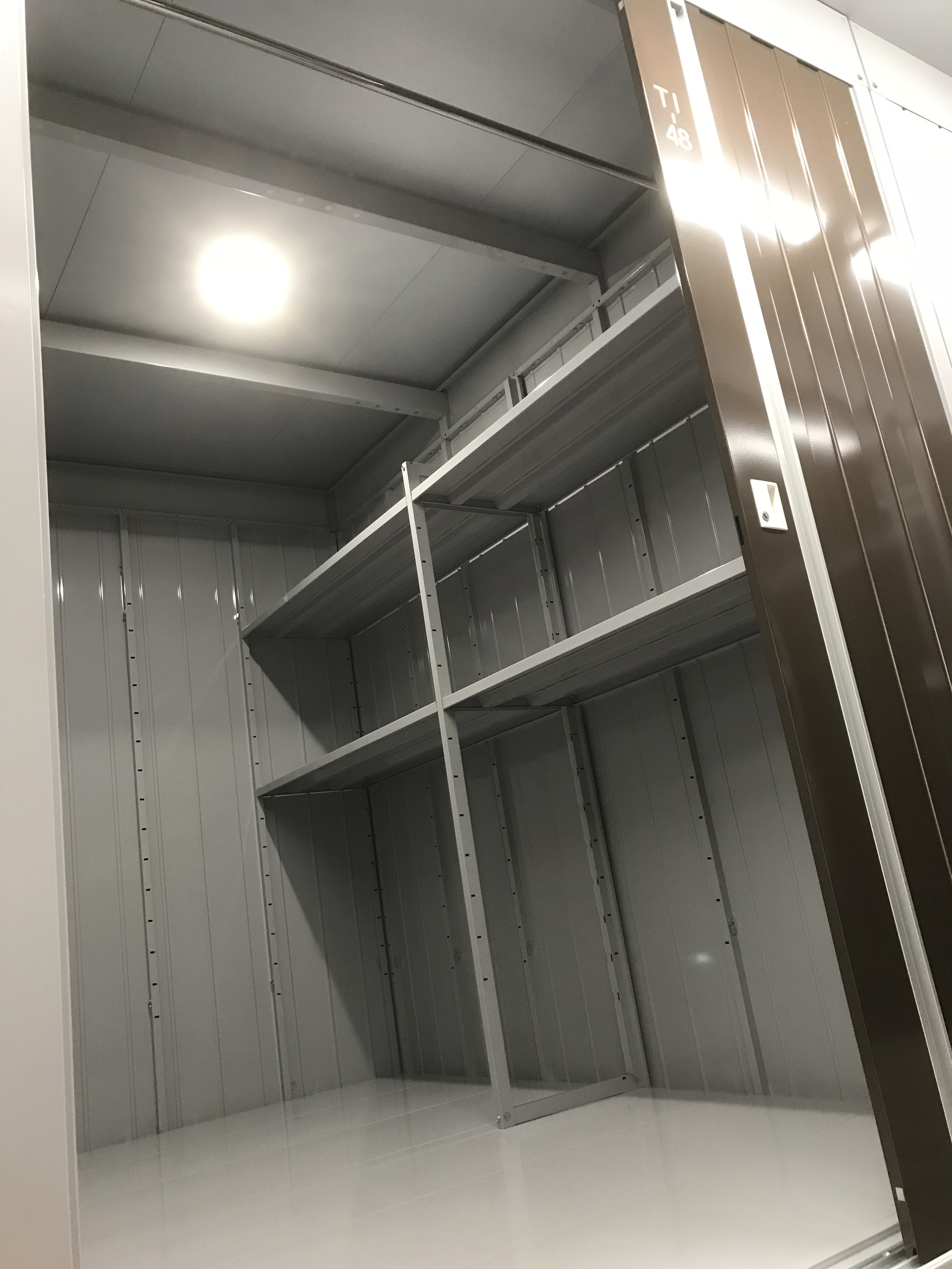西川原店(屋内タイプ) 棚板付でスペースを有効活用できます