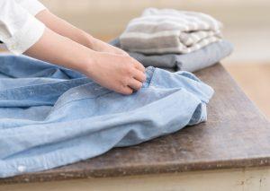 服が多くて困るあなたに。畳み方や保管場所の工夫でスッキリ収納!