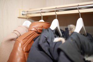 コートを長期保管する手順を紹介!夏でも湿気やカビを防ぐ収納方法とは