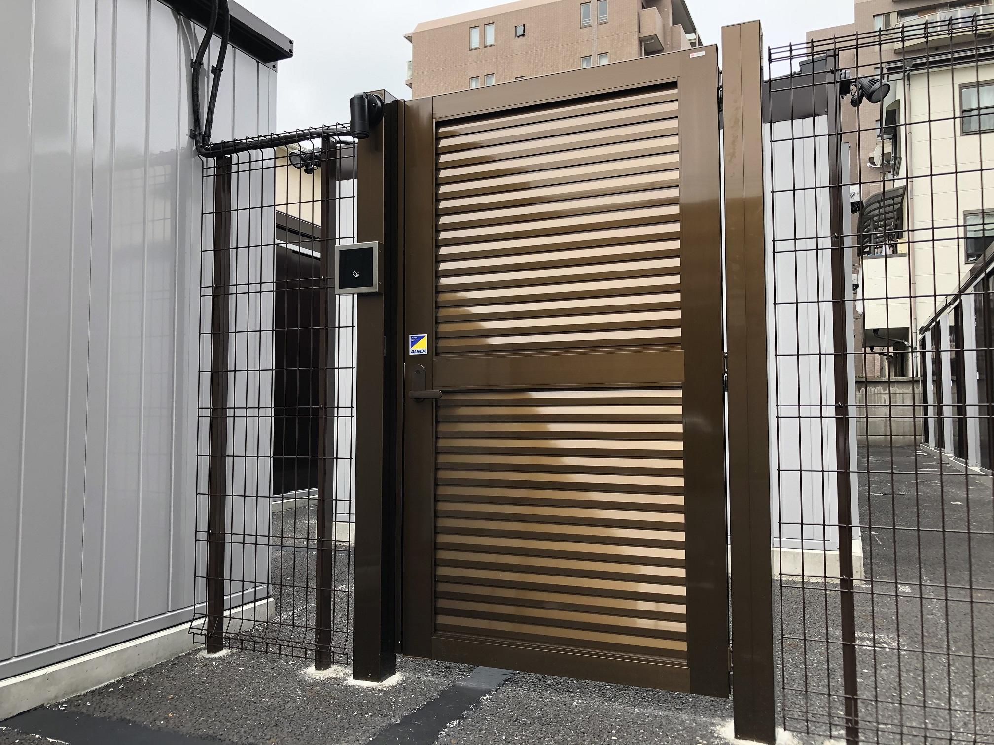 【6月1日新規OPEN】川口南町店 物置エリアの出入口門扉(セキュリティ付き)