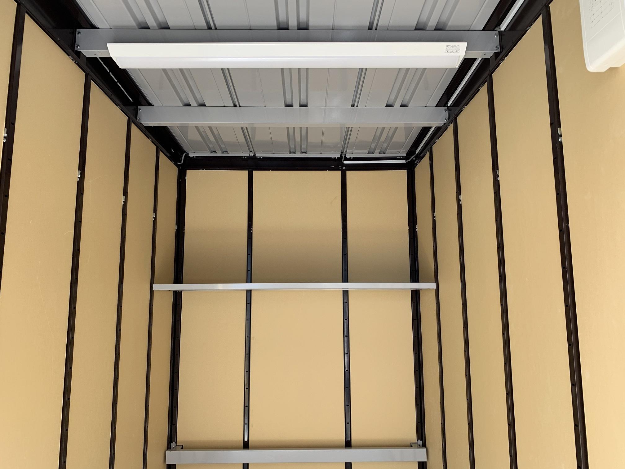 西保木間店 収納に便利な棚板付